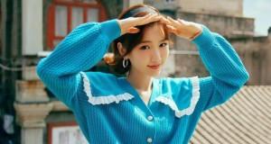 毛晓彤复古小巷写真曝光,身穿蓝色花边领毛衣甜笑